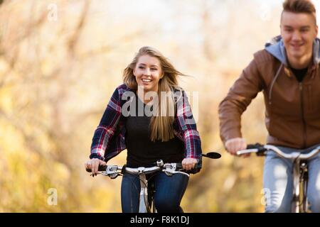 Teenager und Erwachsene Schwester Radtouren durch den herbstlichen Wald - Stockfoto