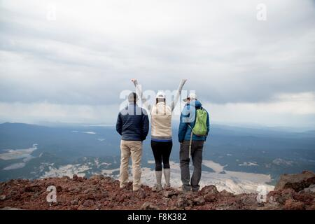Drei Freunde stehen auf dem Gipfel des South Sister Vulkan, betrachten, Bend, Oregon, USA - Stockfoto