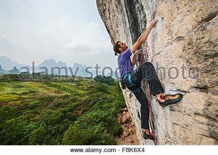 Klettergurt China : Bergsteiger trägt einen rock klettergurt mit rack karabiner und