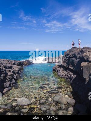Touristen übersehen Schnorcheln Schwimmer im Meer am Queens Bad Flut Pool in der Nähe von Princeville, Kauai - Stockfoto