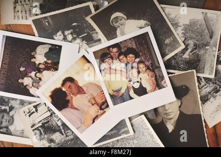 Haufen von Familienfotos auf Tisch, Draufsicht - Stockfoto