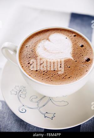 Tasse heiße Schokolade mit Schlagsahne geformte Herz - Stockfoto
