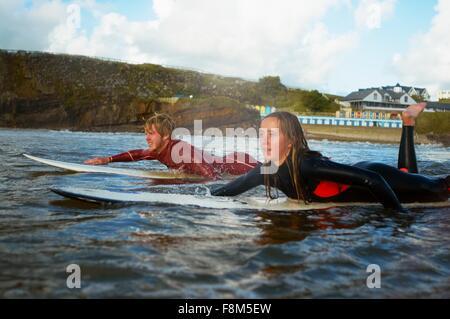 Zwei Surfer paddeln auf surfboards - Stockfoto