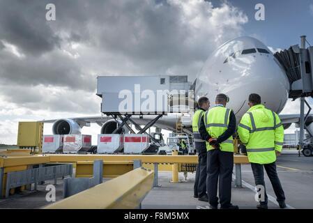 Bodenpersonal Inspektion A380-Flugzeuge auf Stand in Flughafen - Stockfoto