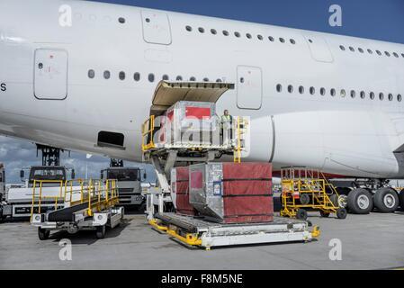 Bodenpersonal laden Fracht und Gepäck in den A380-Flugzeuge - Stockfoto