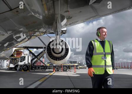 Bodenpersonal Ingenieur mit A380 Jet-Flugzeuge - Stockfoto