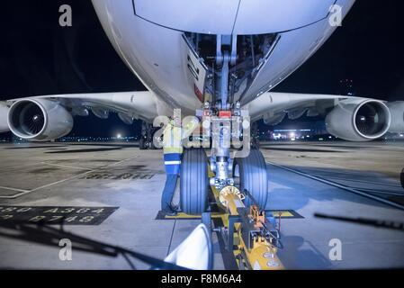 Chefingenieur Inspektion A380-Flugzeuge auf Start-und Landebahn am Flughafen in der Nacht - Stockfoto