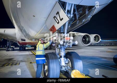 Chefingenieur Inspektion A380-Flugzeuge auf der Piste in der Nacht - Stockfoto