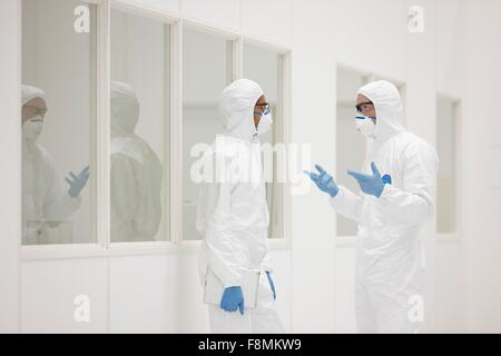 Wissenschaftler sprechen im Labor - Stockfoto