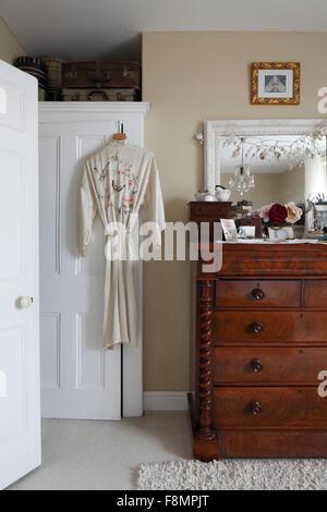 Viktorianischer Mahagoni Kommode im Schlafzimmer mit weißen gerahmten Spiegel oben - Stockfoto