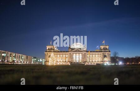 Der Reichstag in Berlin, Deutschland, in den frühen Morgenstunden des 10. Dezember 2015. Ein Weihnachtsbaum kann - Stockfoto