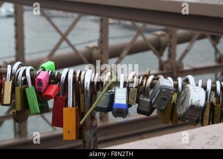 Liebesschlösser auf der Brooklyn Bridge - Stockfoto