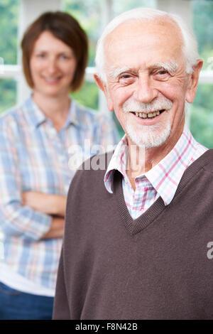 Ältere Mann mit erwachsenen Tochter zu Hause - Stockfoto