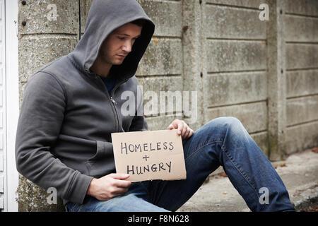 Junge Obdachlose Betteln auf der Straße - Stockfoto