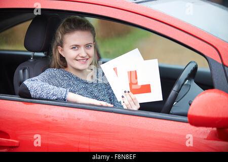 Teenager-Mädchen vorbei fahren Prüfung - Stockfoto