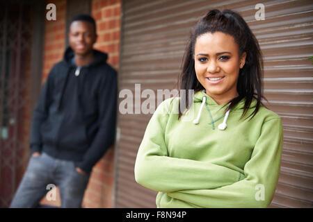 Porträt von Teenager-Paar im städtischen Umfeld - Stockfoto