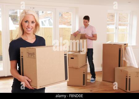 Junges Paar Auspacken Boxen im neuen Zuhause - Stockfoto