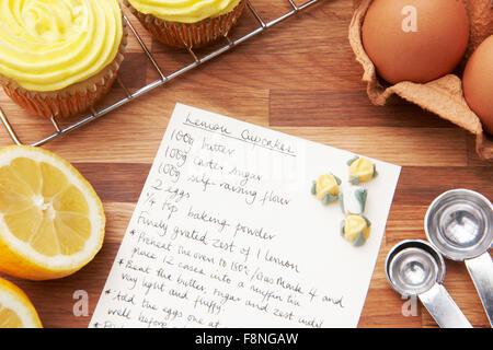 Rezept für Lemon Cupcakes mit Zutaten - Stockfoto