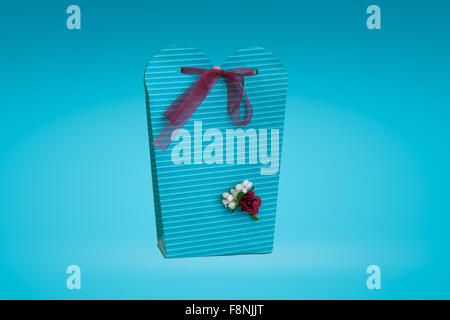 Schließen Sie detaillierte Vorderansicht des handgefertigten grüne Geschenkbox mit kleinen Blumen und bunten Bändern - Stockfoto