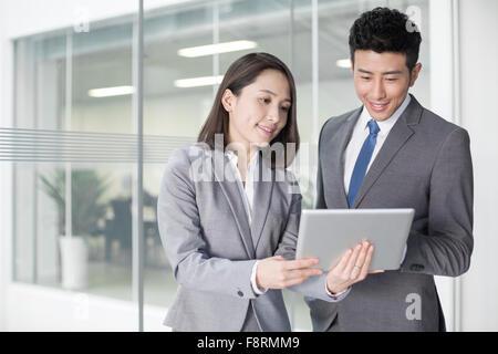Geschäftsperson Blick auf digital-Tablette zusammen - Stockfoto