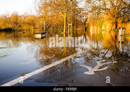 Der New Walk Uferweg blockiert durch Hochwasser in der Nähe der Millennium Bridge, City of York, Yorkshire, England, - Stockfoto