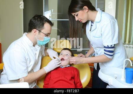Arzt in jungen Mund Stockfoto, Bild: 65381020 - Alamy