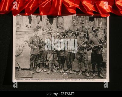 ST PETERSBURG, RUSSLAND. 11. DEZEMBER 2015. Ein WWII-Foto von sowjetischen Soldaten aufgenommen am 2. Mai 1945, - Stockfoto