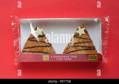 Paket M & s 2 Eistee Weihnachtsbaum Yum Yums Krapfen gefüllt mit Toffee-Sauce auf rotem Hintergrund isoliert - Stockfoto
