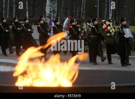 St Petersburg, Russland. 11. Dezember 2015. Ehrenwache tragen ein Porträt und Kränze während der Beerdigung von - Stockfoto