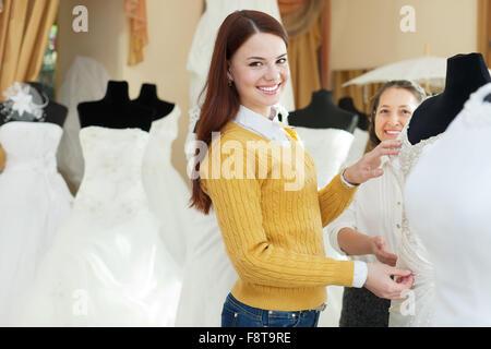 Gluckliche Frauen Wahlt Braut Outfit Im Hochzeit Shop Braut Im