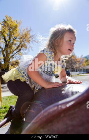 Vier Jahre alten Mädchen spielen im Freien auf einem Klettergerüst in einem park - Stockfoto