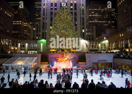 NEW YORK CITY, USA - 10. Dezember 2015: Eisläufer füllen die Eisbahn unter dem Rockefeller Center Weihnachtsbaum.