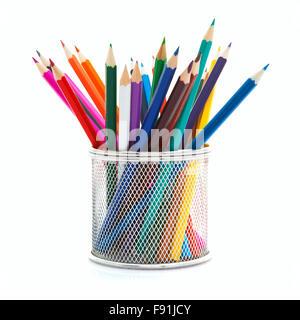 Buntstifte in einem Drahthalter auf weißem Hintergrund - Stockfoto