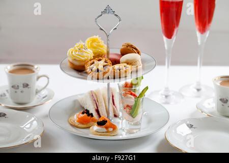 Weihnachten am Nachmittag Tee mit Türkei und Cranberry Sandwiches, Flusskrebs-Cocktail, Lachs Blinis, Hackfleisch, - Stockfoto
