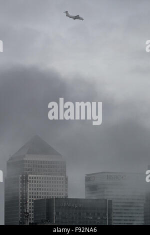 London, UK. 13. Dezember 2015. UK-Wetter: Am Nachmittag Nebelwolken über Canary Wharf Geschäft parken Gebäude Credit: - Stockfoto