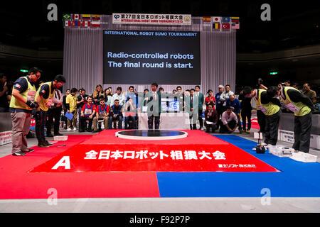 (L, R) Roboter-Betreiber aus Mexiko und Japan grüßt einander bei der Endrunde der ferngesteuerte Roboter Kategorie - Stockfoto