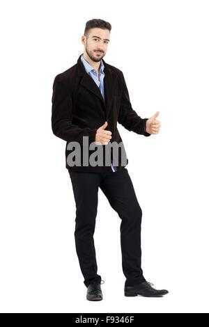 Junger Mann in Cord-Jacke mit O.k. Handbewegung in die Kamera Lächeln. Ganzkörper-Länge-Porträt isoliert auf weißem - Stockfoto