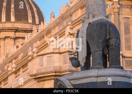 """Kathedrale von Catania, gelegen in der Nähe des Doms, der """"Liotru"""", ein Lava-Gestein-Elefant, ist eine historische - Stockfoto"""