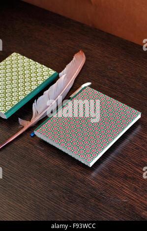 Handgefertigte, stilvolle Zeitschrift. Hand gefertigt, texturierte Papierqualität. Trendige Hipster Geschenk. Hautnah. - Stockfoto