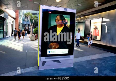 Eine Gemälde von Emil J. Bisttram ist auf eine Werbung Kiosk in einem Einkaufszentrum in Santa Monica in Los Angeles - Stockfoto
