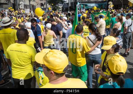 Sao Paulo, Brasilien. 13. Dezember 2015. Demonstranten besuchen eine Demonstration für die Amtsenthebung von Brasiliens - Stockfoto