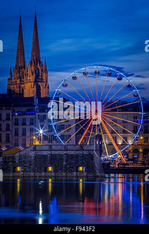 In der Nacht, ein großes Rad (Riesenrad) Spiegelung im Wasser an der Adour und Nive Fluss Mündung (Bayonne - Aquitaine - Stockfoto