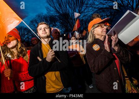 New York, NY 13. Dezember 2015 mehrere hundert Familien, Fürsprecher und Überlebenden tragen Orange für Orange Walk - Stockfoto