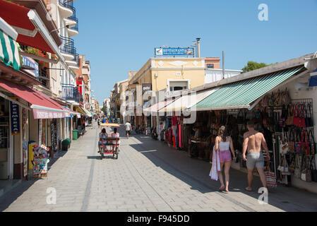 Souvenir Shops, Carrer de Sant Esteve, Malgrat de Mar, Costa del Maresme, Provinz Barcelona, Katalonien, Spanien - Stockfoto