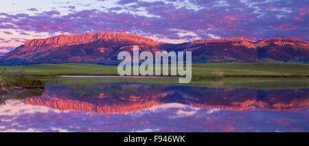 Sonnenaufgang über dem geteilten See und Schloss Riff entlang der felsigen Berg in der Nähe von Choteau, montana - Stockfoto