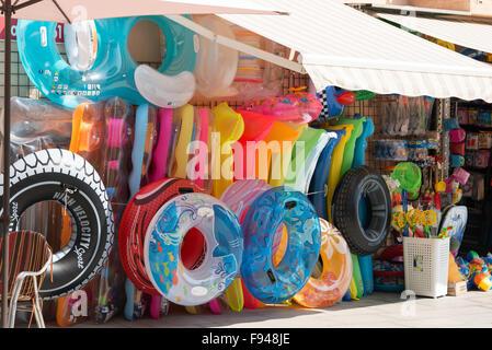 Inflatible Anzeige im Beach Shop, Passeig de Llevant, Malgrat de Mar, Costa del Maresme, Provinz Barcelona, Katalonien, - Stockfoto