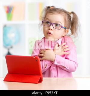 Angst Kind mit Tablet-PC in Brillen - Stockfoto
