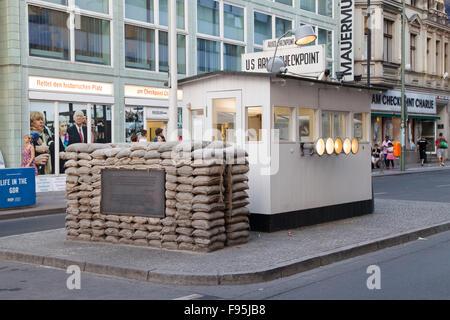 Checkpoint Charlie in Berlin, Deutschland. Es war der ehemalige Grenzübergang zwischen West- und Ost-Berlin während - Stockfoto
