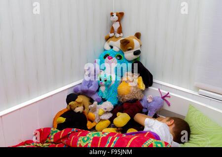 Schlafendes Kind mit Stofftiere von Boy in Pyramide angeordnet - Stockfoto