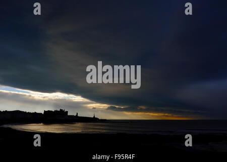 Aberystwyth, Wales, UK. 14. Dezember 2015. Unruhiges Wetter in ganz Großbritannien weiter, versammeln sich dramatische - Stockfoto